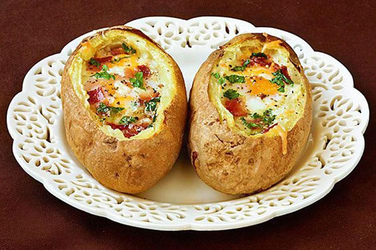 Решила удивить семью запеченным картофелем с яйцом. Детвора и муж в восторге.