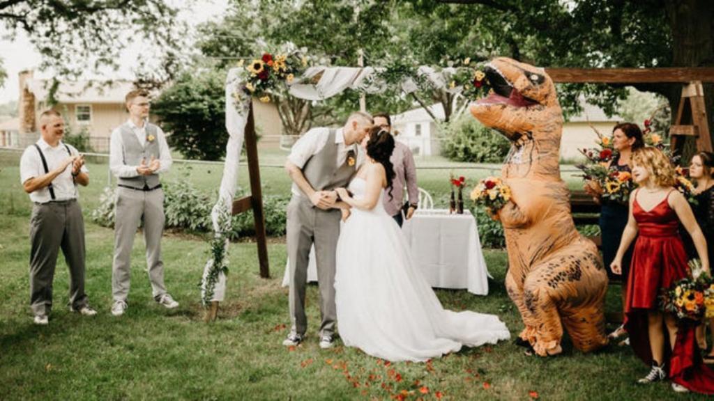 Невеста разрешила гостям прийти на торжество в чем угодно: сестра восприняла это буквально
