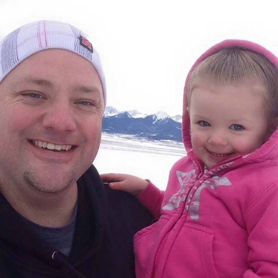 Отец одиночка хотел, чтобы его дочка была самой красивой, и начал плести ей косички – результат выше всяких похвал