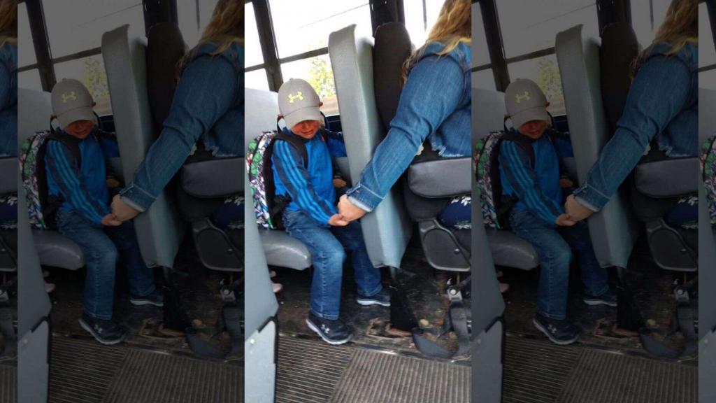 Водитель автобуса успокоила первоклассника, возвращающегося со школы в слезах домой