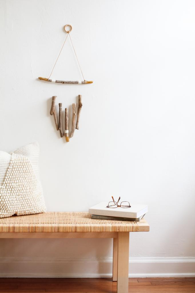 Дочь может сделать предмет декора из чего угодно: недавно она принесла коряги из леса и смастерила потрясающее украшение в гостиную