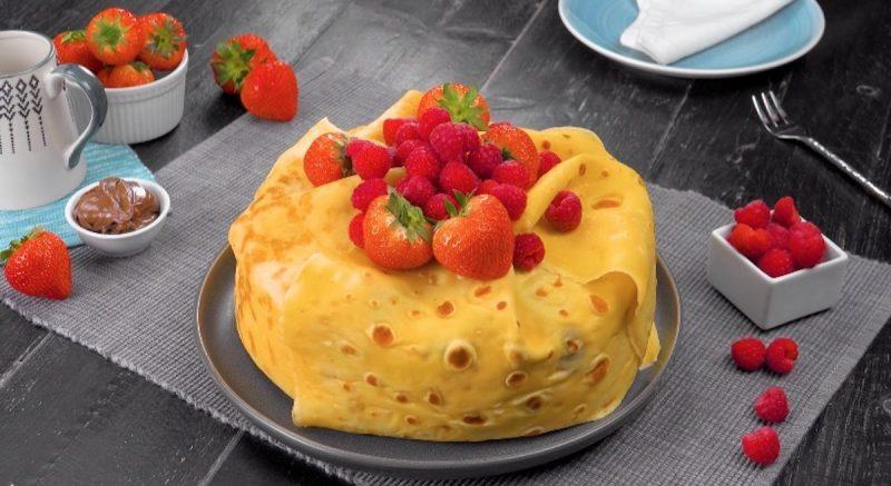 Когда простых блинчиков не хочется, делаю блинный торт с маскарпоне и ягодами