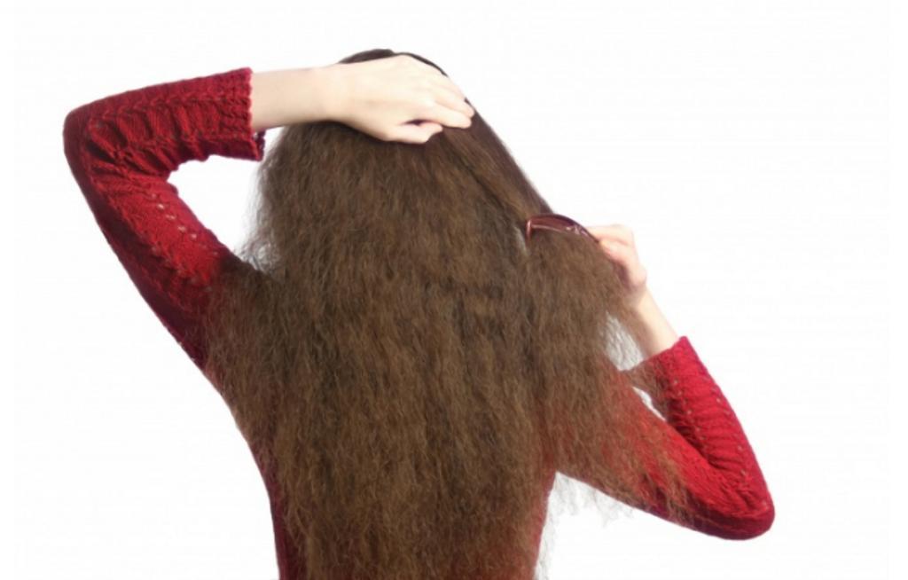 Расчесывать и укладывать влажные волосы: плохие привычки, которые портят волосы