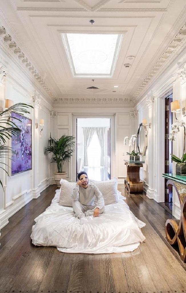Дорогие и роскошные отели платили мужчине, чтобы он в них жил