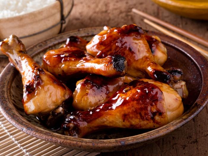Карамельная корочка и божественный аромат: простой рецепт вкусной курицы