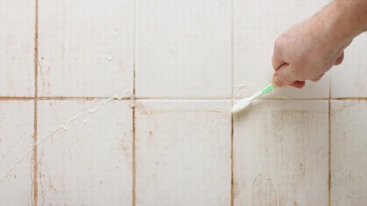 Хотела менять плитку в ванной комнате, но узнала простой и недорогой способ, как вернуть ей первозданный вид