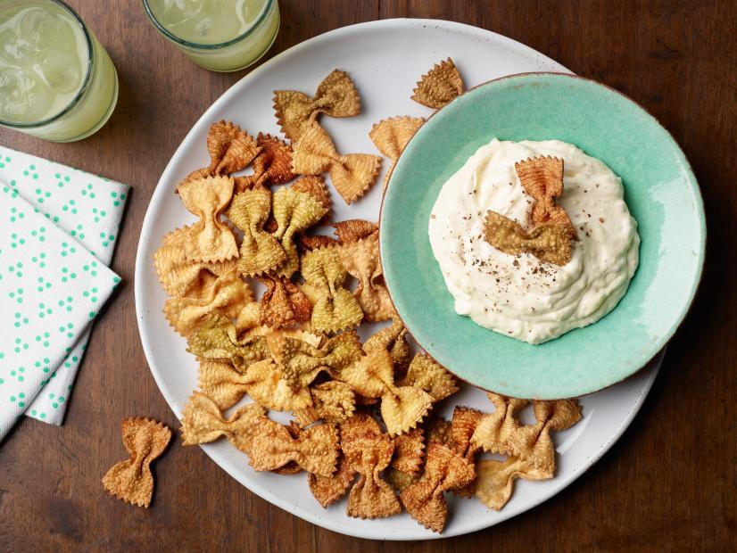 Приготовила необычные чипсы из... макарон, и теперь домашние часто их заказывают на ужин