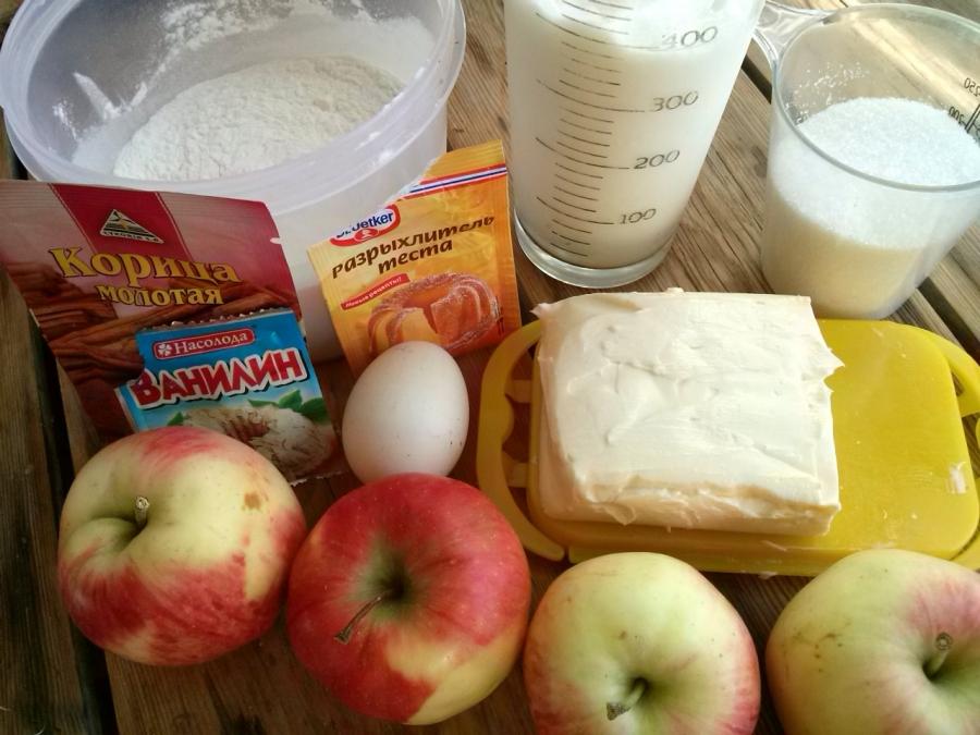 Мой яблочный пирог получается таким же нежным и пушистым, как пирожное. Я готовлю его со специальной заливкой: рецепт