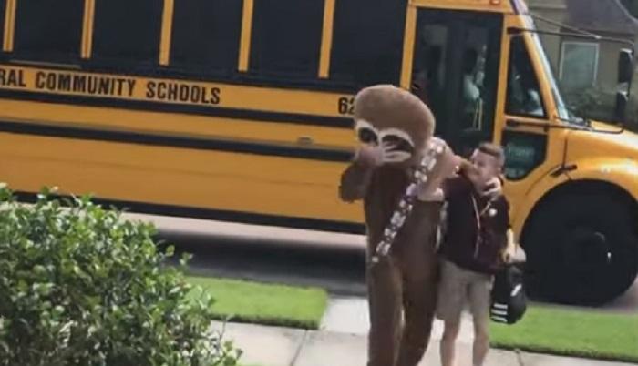 Старший брат встречает младшего из школы, надевая разные костюмы: получается смешно (фото)