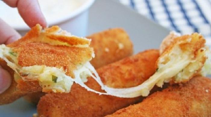 Если я хочу побаловать свою семью, то готовлю картофельные палочки с сыром: рецепт