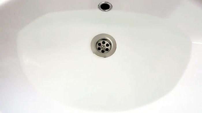 Заметила, что вода стала долго уходить в раковину. Я решила прочистить ее способом, которому учила бабушка: рецепт и результат
