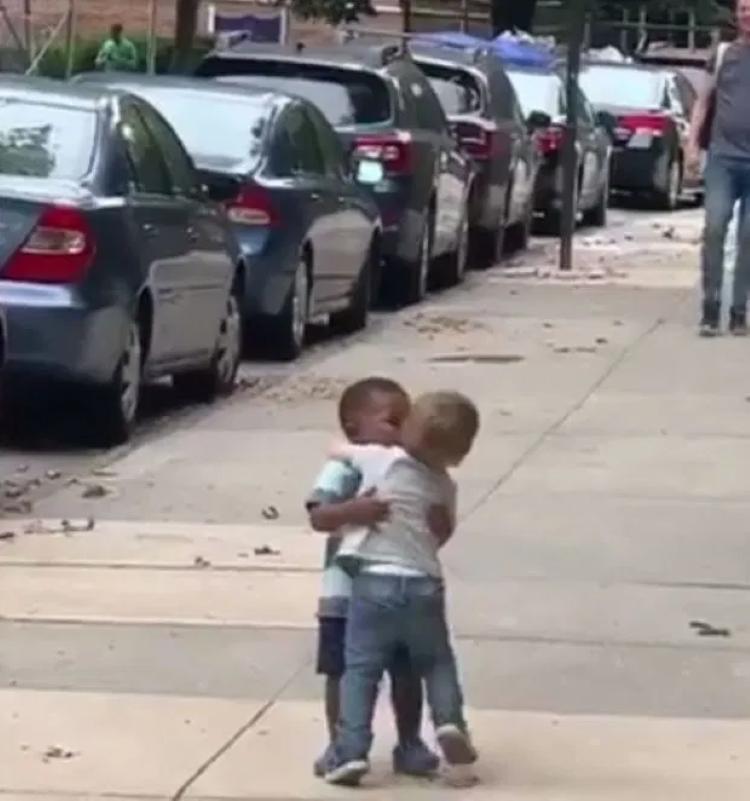 Лучшие маленькие друзья обнимаются: они будто не виделись годами, но на самом деле прошло два дня (фото)