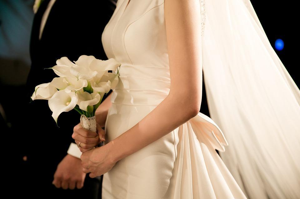 Гулять так гулять! Невеста безнадежно испортила свадебный наряд за 1 200 $ ради необычной фотосессии