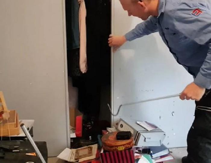 Семья нашла у себя в шкафу ползучего гостя: размеры питона невероятные. Пришлось вызывать подмогу