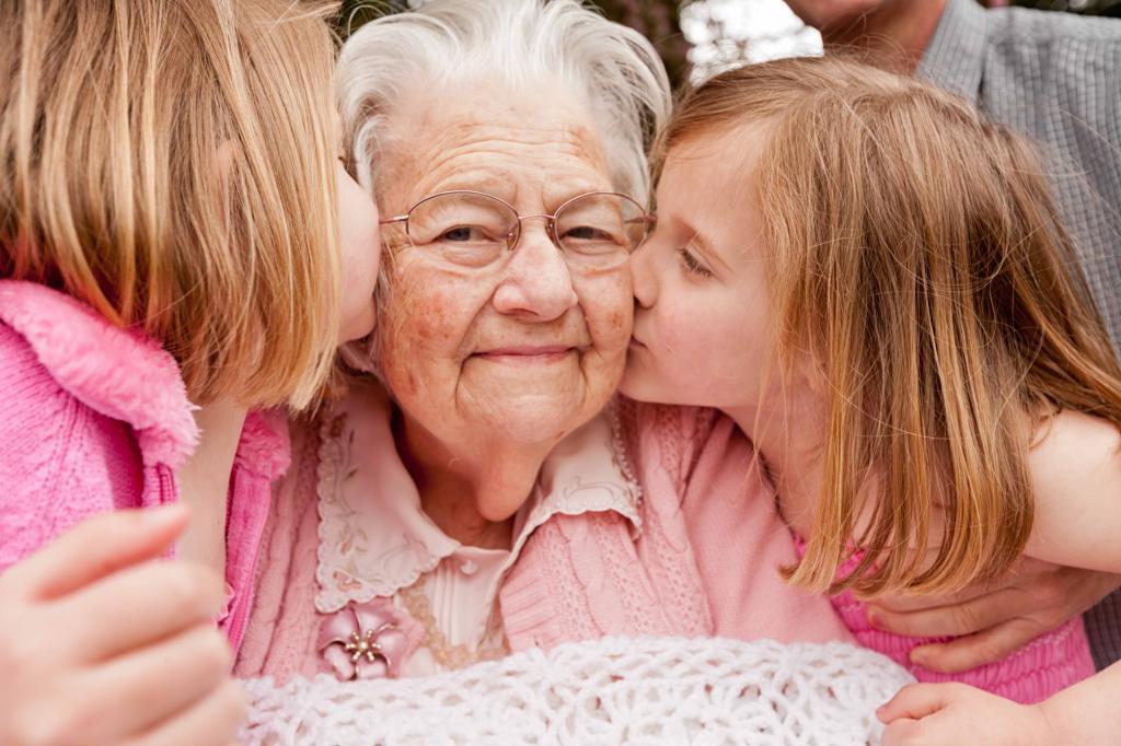 Пеленать, тепло одевать и баловать: что делать со стереотипами бабушкиного воспитания