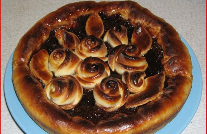Соседка научила делать красивые розы для торта из теста. Делюсь простой технологией изготовления эффектного украшения