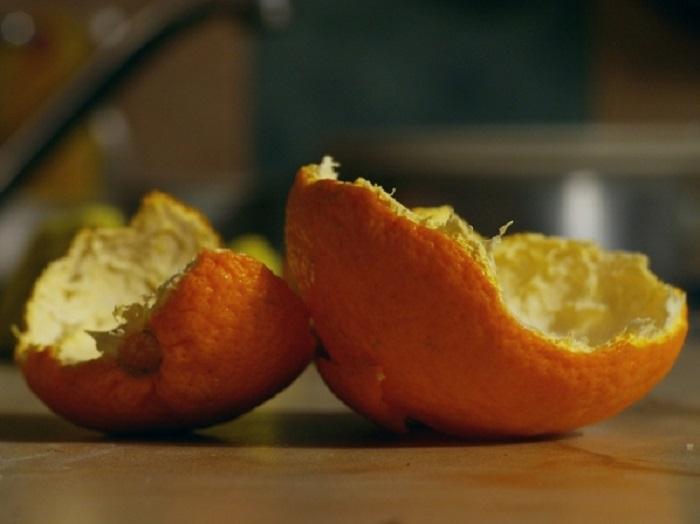 Апельсиновые корки помогают мне очистить микроволновку от грязи и неприятного запаха всего за 5 минут