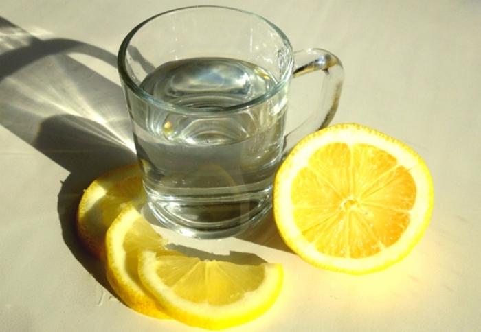 Употребление воды с лимоном может быть опасным: предупреждение медиков