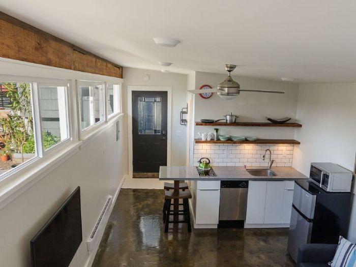 Мужчина переделал старый гараж и превратил его в уютный домик. Интерьер лучше, чем во многих квартирах!