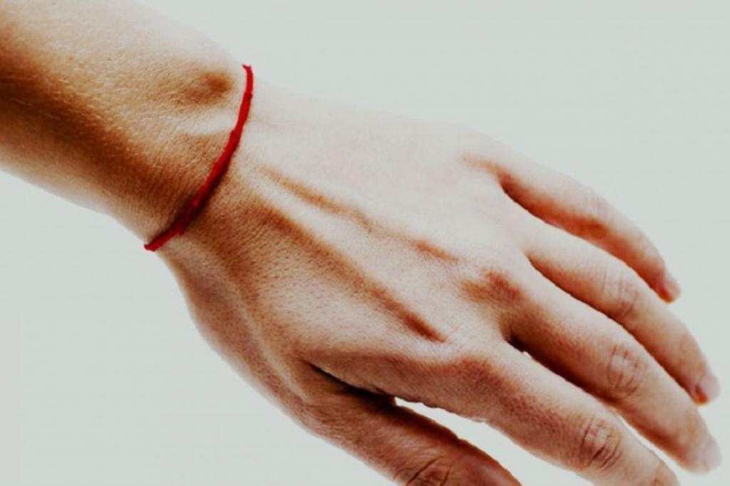 Мощный оберег от сглаза: как правильно завязать красную нить на запястье, чтобы она работала на максимум