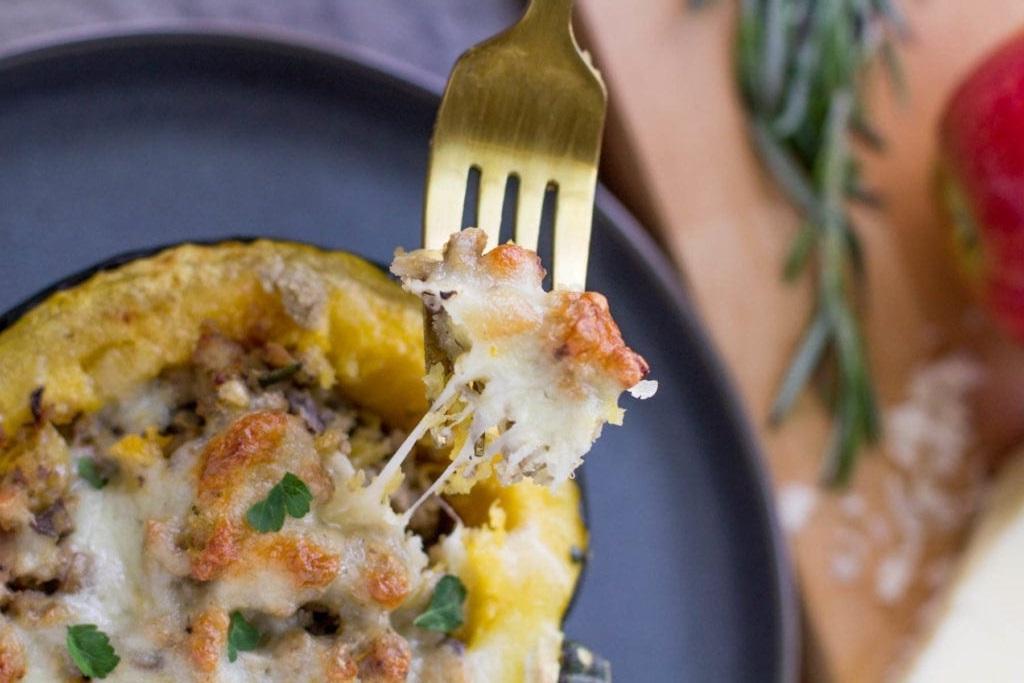 Индейка с яблоком и грибами, запеченная в тыквенной тарелке: необычная подача ужина
