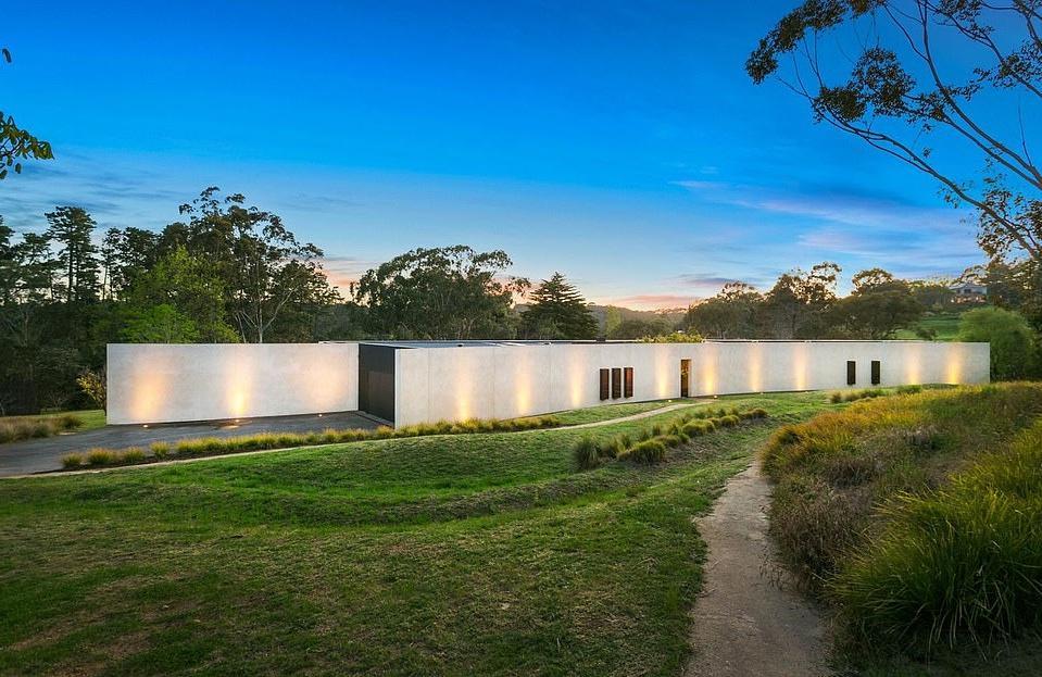 Снаружи — неприметное цементное сооружение, внутри — шикарный дом с пятью спальнями (фото)