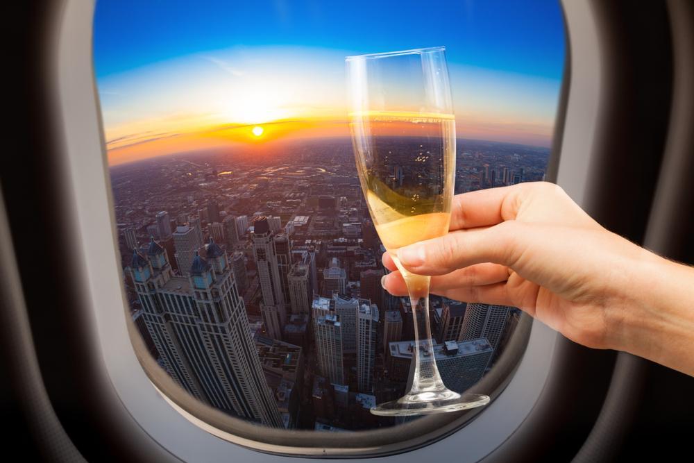 От вакцин до роскошных автомобилей: что на самом деле находится под сиденьем в самолете