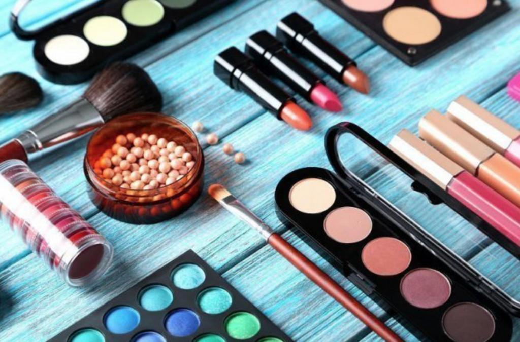 Загрязненный воздух и городская жизнь повышают спрос на косметику, по словам генерального директора L'Oréal