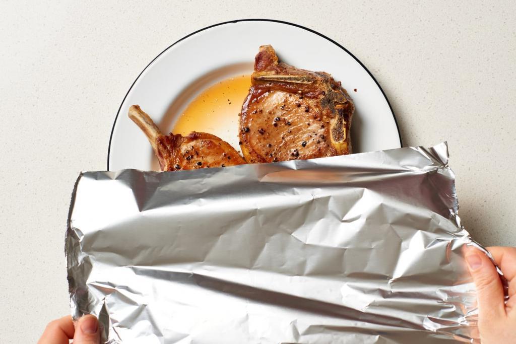 Остатки еды прикроем фольгой и в холодильник: почему так делать опасно