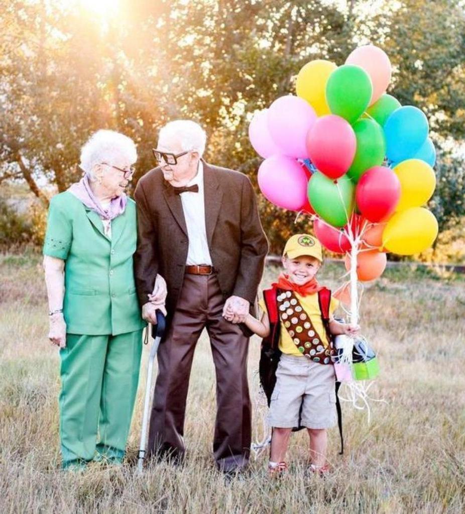 Растрогали до слез: мальчик сфотографировался с прабабушкой и прадедушкой в стиле мультфильма  Вверх