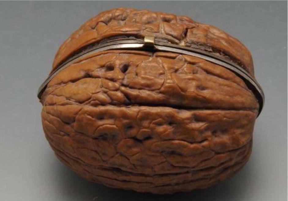 Перебирая вещи бабушки, девушка нашла орехи. Однако это были не плоды, а женские принадлежности