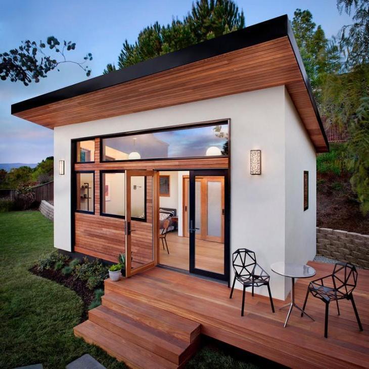 Мужчина построил миниатюрный гостевой домик, но внутри он довольно таки уютный