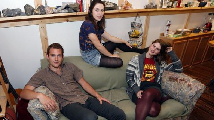 Студенты нашли в диване 40 тыс. долларов и решили отыскать предыдущего хозяина