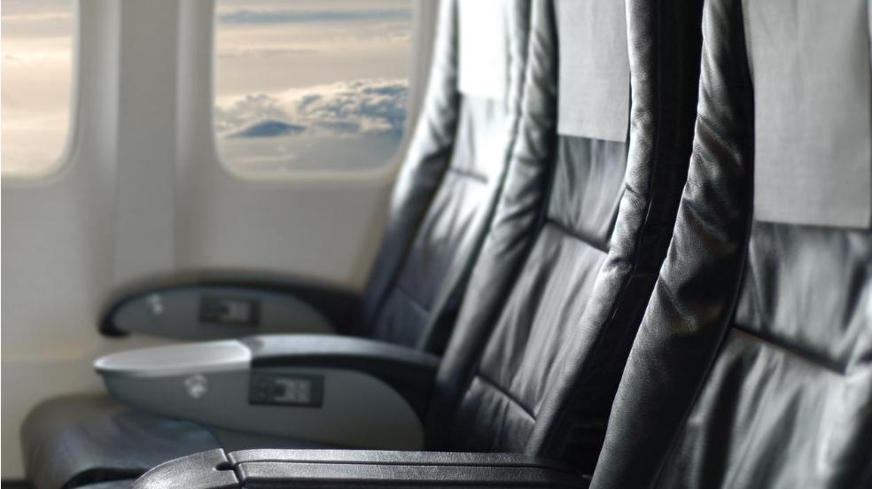 Мужчина прославился, протерев сиденье в самолете влажной салфеткой
