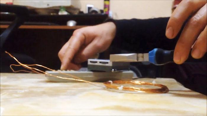 Я потеряла золотое кольцо где то в доме. Дед подсказал, как найти его при помощи пульта от телевизора и радиоприемника: техника изготовления простого устройства