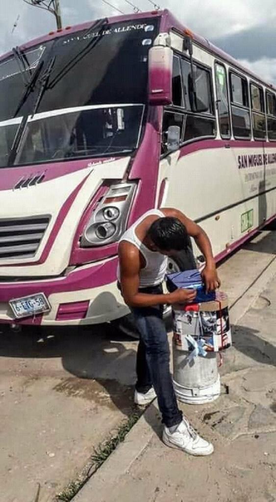 Парень украсил салон автобуса, чтобы романтично поздравить девушку в ее день рождения