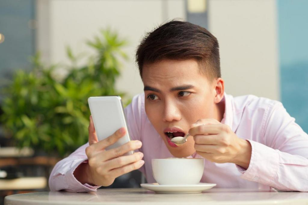 Эксперты назвали признаки зависимости от смартфона: стоит себя проверить