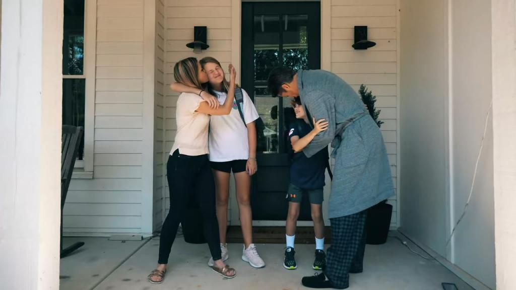 Гифка родители провожают детей в школу