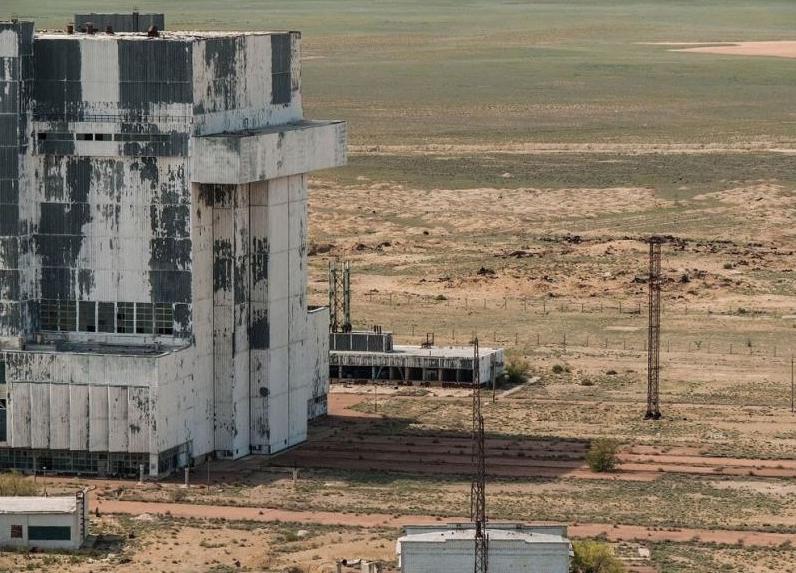 Русский фотограф гулял по казахстанской пустыне и наткнулся на необычный ангар, внутри которого он нашел советский
