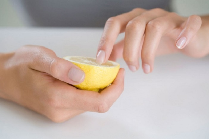Из за чистки орехов мои руки сильно пачкаются. Однако я быстро могу привести их в порядок с помощью недорогих хитростей
