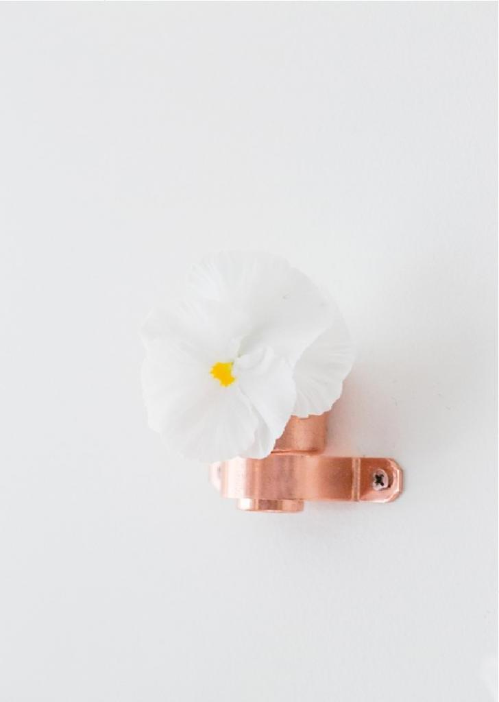 Дочь любит украшать дом. Недавно она оформила стену медными мини вазочками, теперь дома всегда пахнет свежими цветами