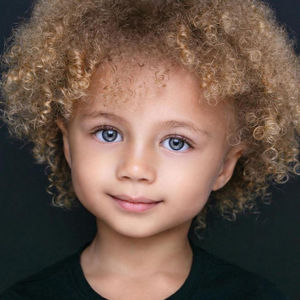 Ее волосы, как хамелеон, меняют цвет в зависимости от погоды: малышка, рожденная в союзе финки и афроамериканца, очаровывает своей красотой