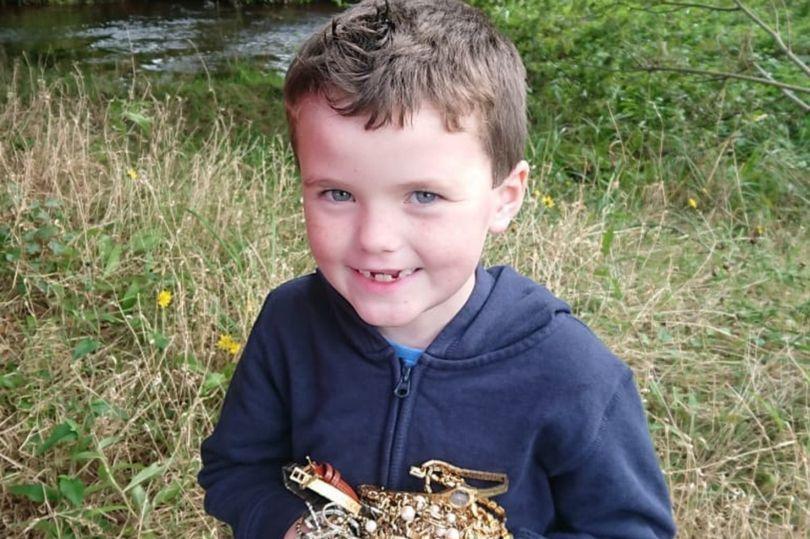 7 летний школьник нашел тайник с драгоценностями во время прогулки с отцом