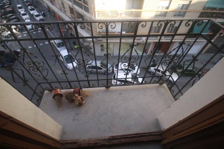 Хорошо, когда руки золотые. Мой сосед преобразил непривлекательный балкон в уютное пространство