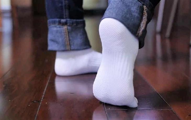 Подруга подсказала, как отстирать белые носочки. Результат впечатляет
