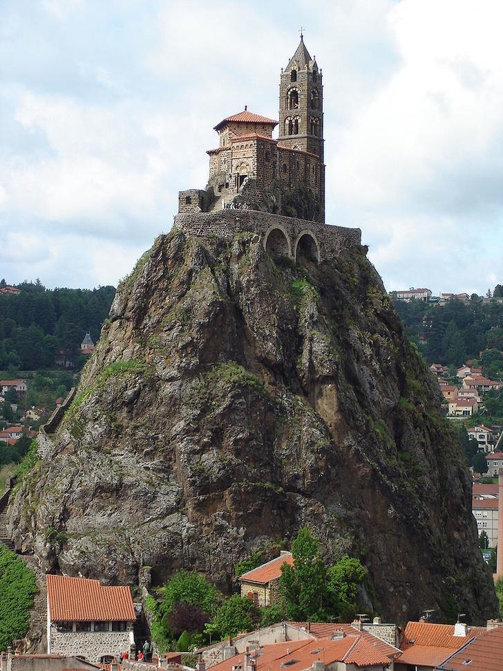 Кажется, что замок «Ласточкино гнездо» вот-вот потеряет равновесие. Здания, которые не были бы редкостью, если бы не место, где они построены