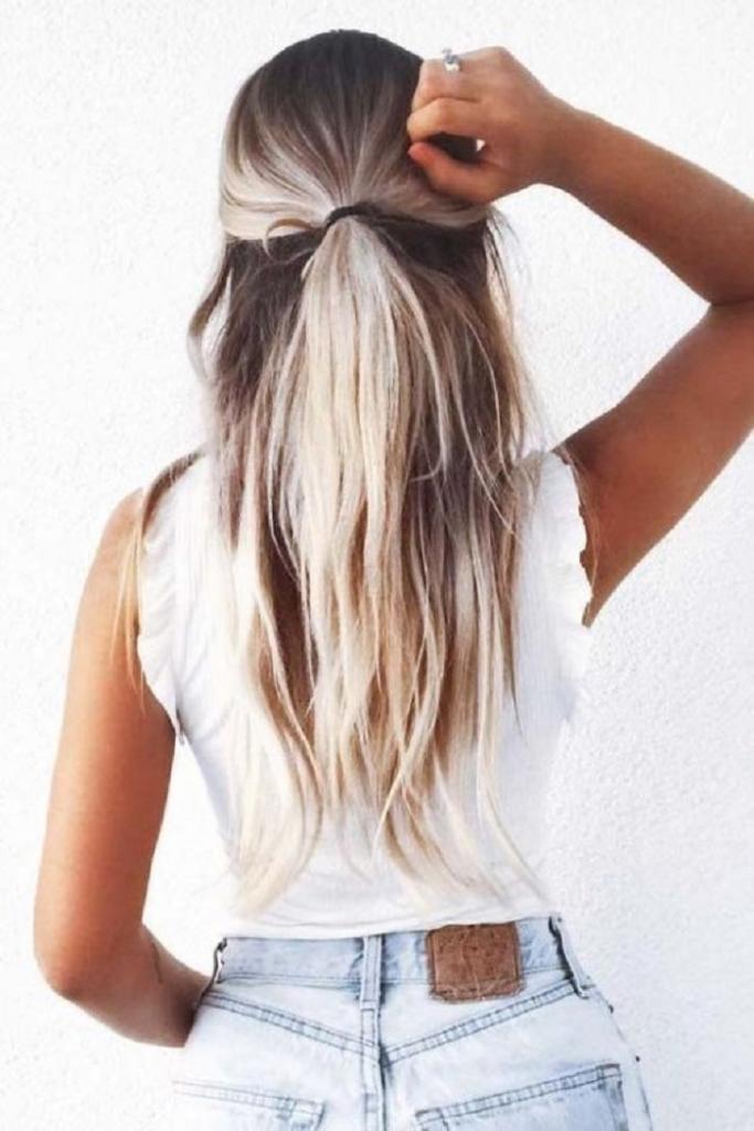 5 элегантных и простых вариантов причесок на каждый день для непослушных волос