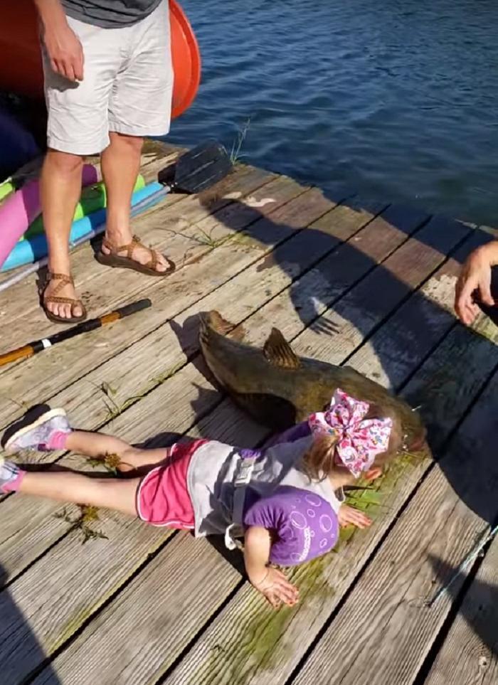 Вот это удача! 4-летняя девочка поймала на детскую удочку рыбу, которая весила большее нее
