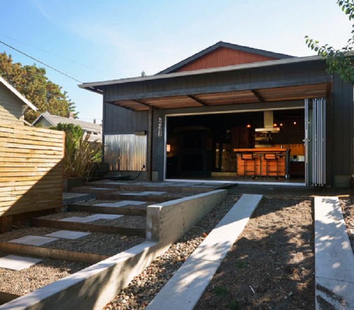 Чтобы не оплачивать высокую стоимость аренды дома, супруги перебрались в старенький гараж, предварительно сделав в нем ремонт