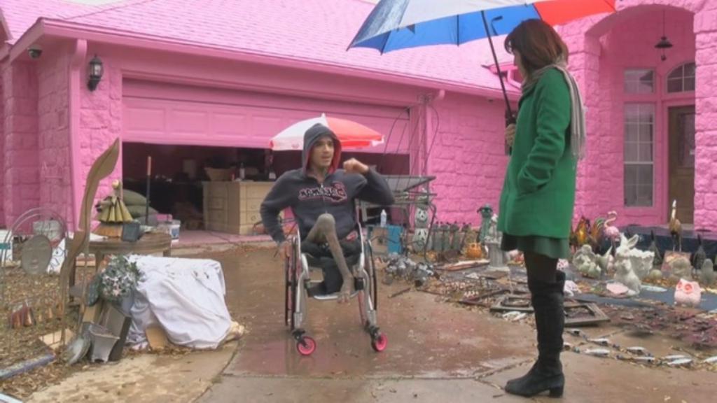 Парень выкрасил фасад своего дома в розовый, что очень не понравилось соседям